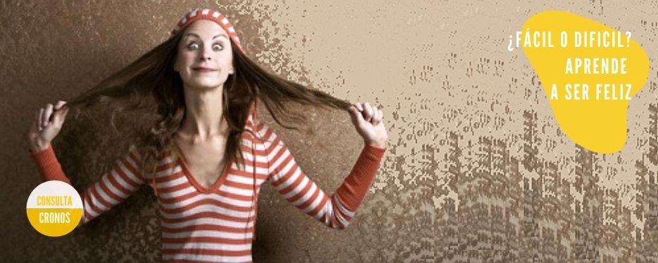 mujer tocándose el pelo con las dos manos