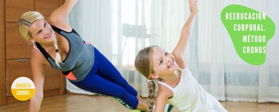 Madre he hija haciendo juntas yoga