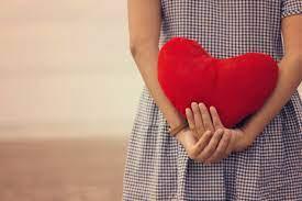 mujer corazón en sus manos